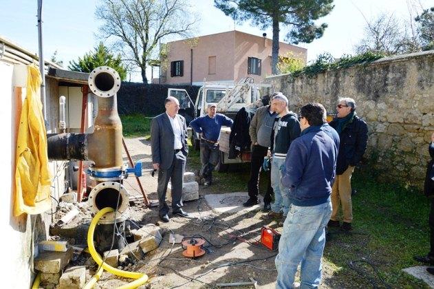 Il sindaco Mazzola con i tecnici e gli operai