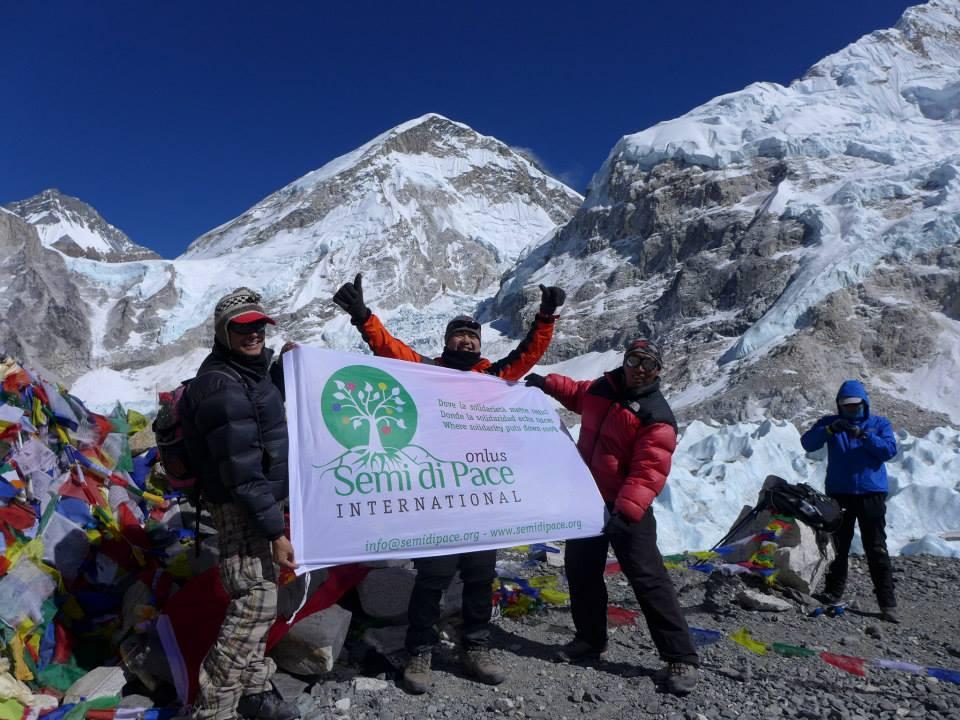 Ram Kumar Giri al centro con la bandiera di Semi di Pace