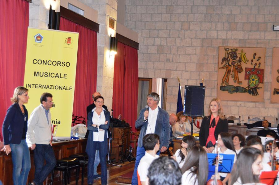 Lassessore Celli saluta i ragazzi che partecipano al concorso