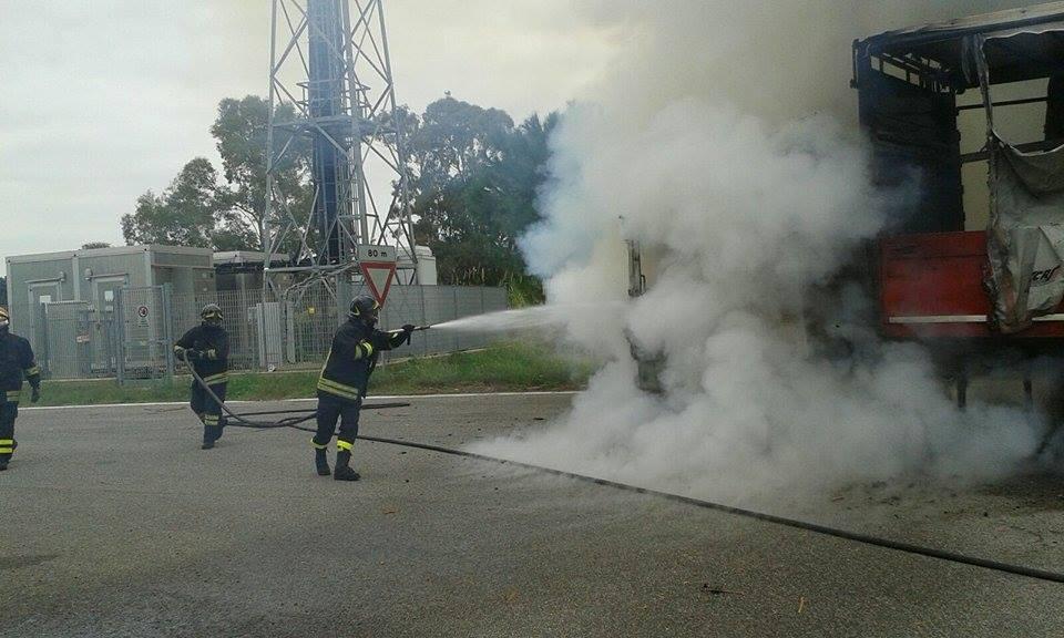 vigili del fuoco incendio tir (2)