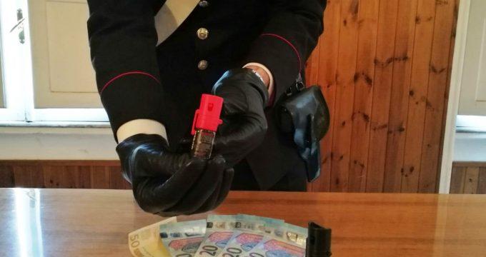 CENTRO - Le bombolette spray urticante sequestrate dai Carabinieri (1)