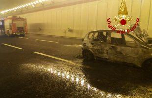 auto a fuoco nella galleria
