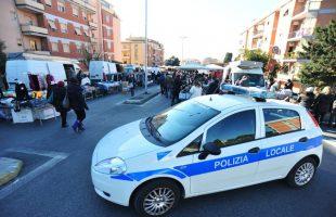 MISURE ANTITERRORISMO AUTO POLIZIA LOCALE VIGILI URBANI MERCATO VIALE NENNI (2)