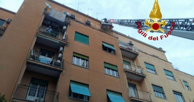 In equilibrio sul parapetto del terrazzo condominiale, salvato dai ...