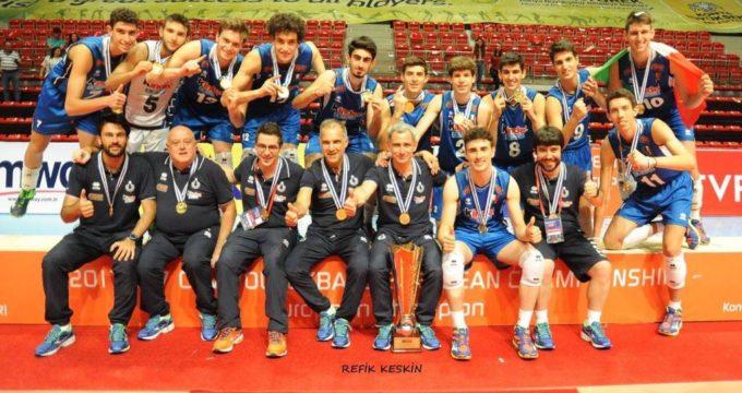 Bruno Morganti insieme ai suoi ragazzi e il trofeo appena ricevuto per la vittoria del titolo di campioni d'Europa Under 17 - 2017